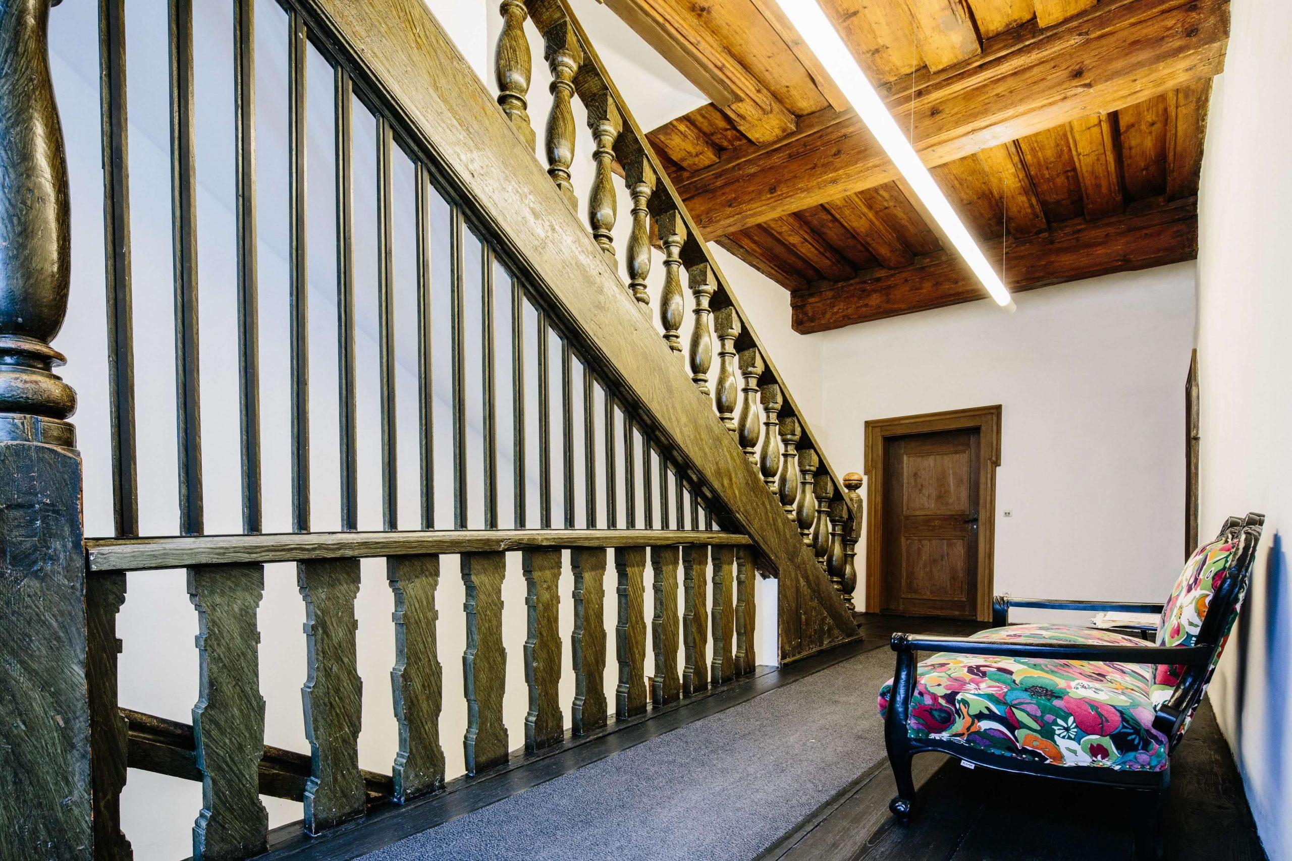 Die Büros von Marcus Brenner und Helga Brandstetter schließen sich direkt an den Eingangsbereich im ersten Stock an und bieten eine Kombination aus rustikalen Stil kombiniert mit modernen Elementen. Die Treppe führt zu weiteren Büroräumlichkeiten im zweiten und dritten Stock.