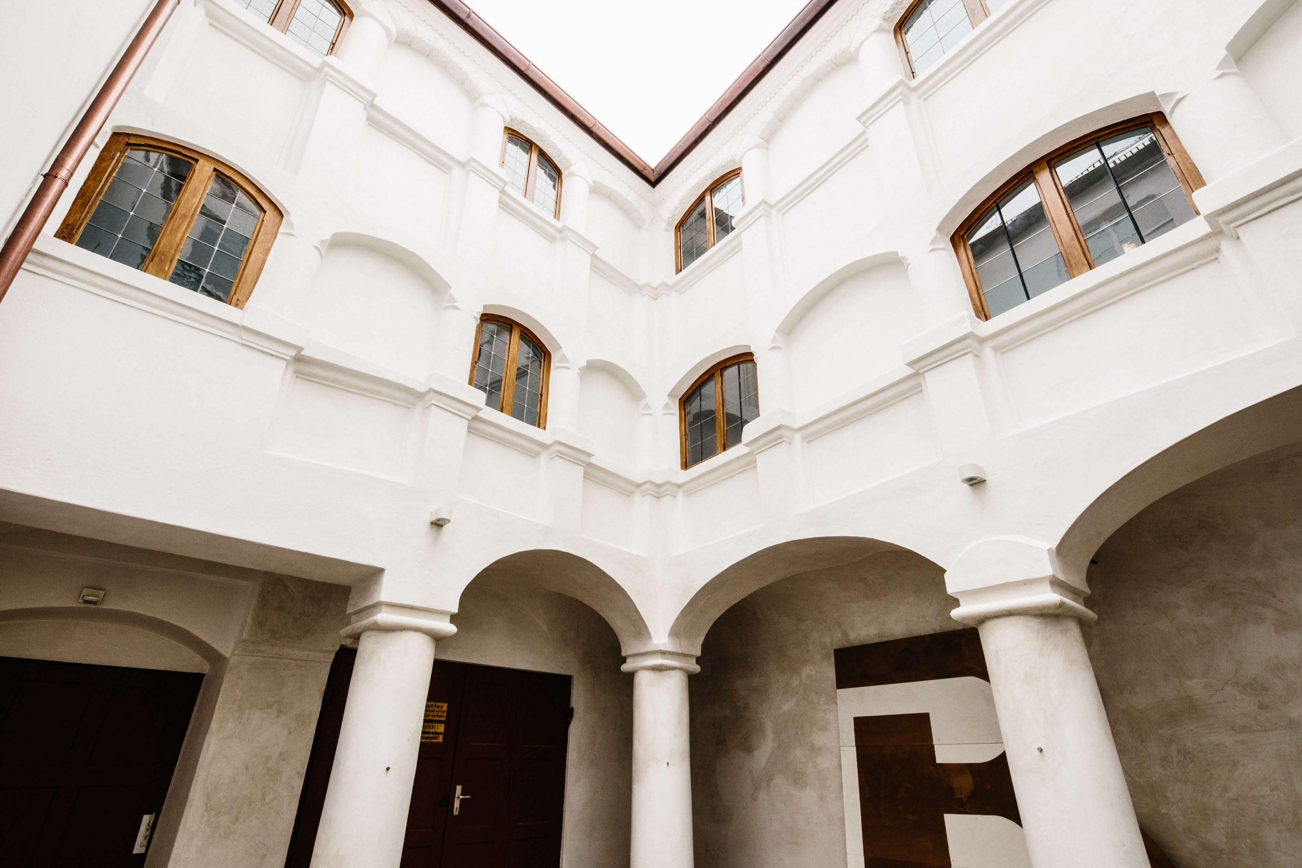 Der durch barocke Fassaden gekennzeichnete Innenhof bietet Tageslicht für die Kanzleiräume und darüber hinaus den idealen Rahmen für unsere Kanzleiveranstaltungen.